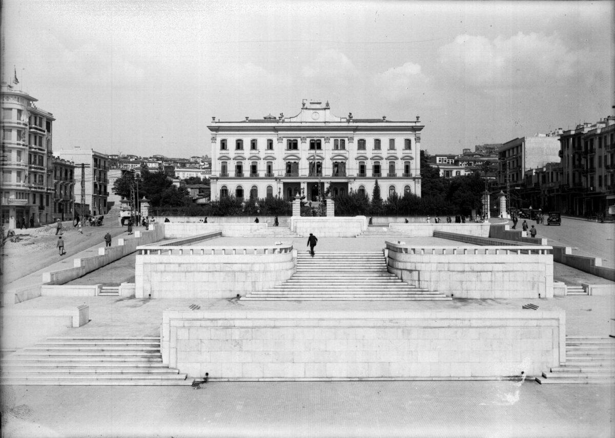 Η νέα πλατεία, «τα Μάρμαρα» όπως την ονόμασαν οι Θεσσαλονικείς. Xρησιμοποιήθηκε μεταπολεμικά από τις αρχές της πόλης για επίσημες εκδηλώσεις και τελετές. Συλλογή Κέντρου Ιστορίας Θεσσαλονίκης.