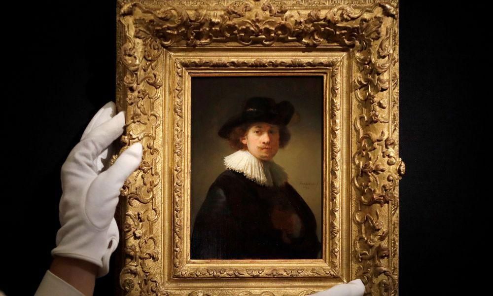 Το έργο του 26χρονου Ρέμπραντ (1632) με τίτλο «Αυτοπροσωπογραφία με κολάρο και μαύρο καπέλο», «χτύπησαν» έξι ενδιαφερόμενοι και το ποσό για το οποίο πωλήθηκε ήταν εντός των προβλέψεων.