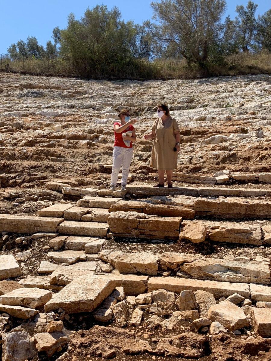Η Λίνα Μενδώνη στο αρχαίο θέατρο Λευκάδας συνοδευόμενη από την Έφορο Αρχαιοτήτων Αιτωλοακαρνανίας και Λευκάδος, Ολυμπία Βικάτου (φωτ.: ΥΠΠΟΑ).
