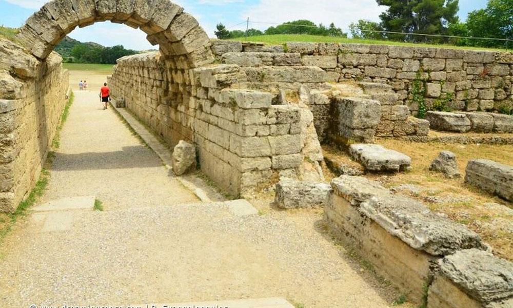 Ο Σύλλογος Ελλήνων Αρχαιολόγων καλεί την πολιτική ηγεσία του Υπουργείου να ξεκαθαρίσει σε όσους  επιχειρούν να υποκαταστήσουν τις δημόσιες υπηρεσίες, ότι οι αρχαιολογικοί χώροι, όπως αυτός της Ολυμπίας, είναι εθνικοί και έχουν μία τέτοια υπερτοπική ακτινοβολία, που μόνο η Πολιτεία και η αρμόδια Αρχαιολογική Υπηρεσία μπορεί και πρέπει να διαχειρίζεται.