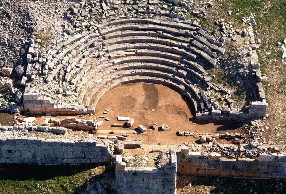 Στο θέατρο της αρχαίας Πλευρώνας, το οποίο προσφέρει μοναδική θέα προς τη λιμνοθάλασσα του Μεσολογγίου, θα αντιμετωπιστούν, σύμφωνα με την Περιφέρεια, προβλήματα φθοράς του δομικού υλικού του μνημείου και θα ολοκληρωθούν οι αναστηλωτικές εργασίες.
