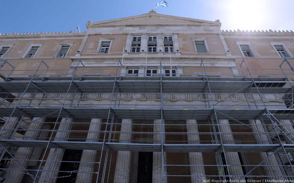 Οι εργασίες αποκατάστασης ξεκίνησαν τον Αύγουστο από τα μαρμάρινα στοιχεία, που αποτελούν σημαντικό τμήμα του αρχιτεκτονικού σχεδιασμού, αλλά και πολύτιμα αισθητικά στοιχεία, τα οποία έχουν καταπονηθεί ιδιαίτερα από τον χρόνο και τη μόλυνση του περιβάλλοντος. Φωτ.: Βουλή των Ελλήνων / Αλίκη Ελευθερίου.