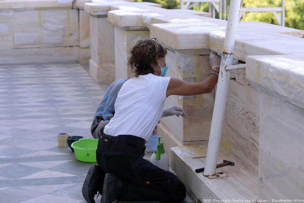 Το έργο αποκατάστασης γίνεται με αυτεπιστασία του Υπουργείου Πολιτισμού και Αθλητισμού, με 12 συντηρητές από τη Διεύθυνση Συντήρησης Αρχαίων και Νεότερων Μνημείων και 8 ειδικούς συντηρητές λίθου που προσλήφθηκαν με σύμβαση έργου, και με χρηματοδότηση του ΕΣΠΑ. Φωτ.: Βουλή των Ελλήνων / Αλίκη Ελευθερίου.