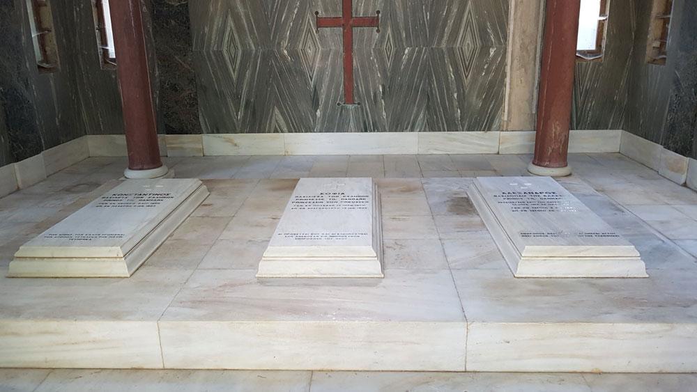 Σύμφωνα με τον όρο έγκρισης της Μελέτης Συντήρησης, θα ελεγχθεί η στατική επάρκεια των σταυρών του συνόλου των ταφικών μνημείων, έτσι ώστε οι εργασίες να αποκαταστήσουν τη μορφή, αλλά και να ενισχύσουν τους σταυρούς, όπου αυτό απαιτείται.
