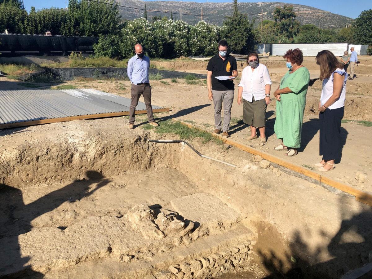 Η Υπουργός Πολιτισμού και Αθλητισμού Λίνα Μενδώνη στην ανασκαφή του Ιερού Αμαρυσίας Αρτέμιδος (φωτ.: ΥΠΠΟΑ).