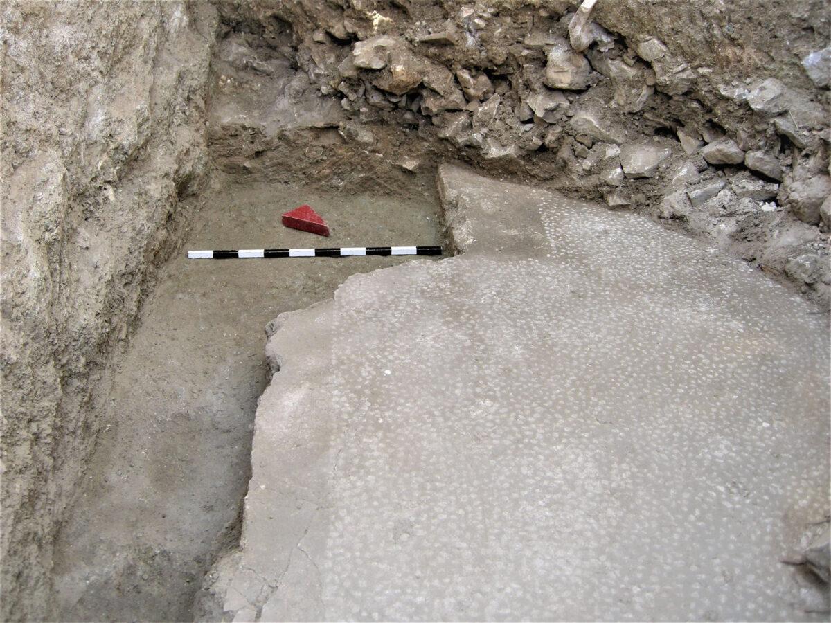 Πάνω αριστερά: εσοχή στο δάπεδο, για τη βάση της κλίμακας καθόδου στο υπόγειο (φωτ.: ΥΠΠΟΑ).