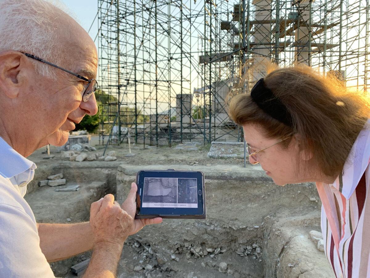 Η Υπουργός Πολιτισμού και Αθλητισμού Λίνα Μενδώνη με τον ομότιμο καθηγητή Κλασικής Αρχαιολογίας Βασίλη Λαμπρινουδάκη (φωτ.: ΥΠΠΟΑ).