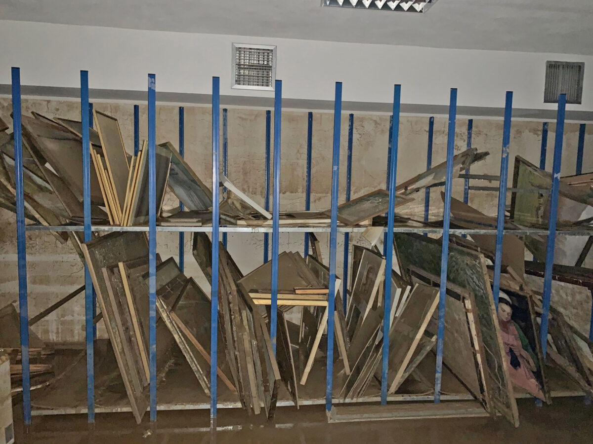 Δημοτική Πινακοθήκη Καρδίτσας: περίπου 3.000 έργα τέχνης που βρίσκονταν στο υπόγειο του κτηρίου βυθίστηκαν στη λάσπη (φωτ.: ΥΠΠΟΑ).