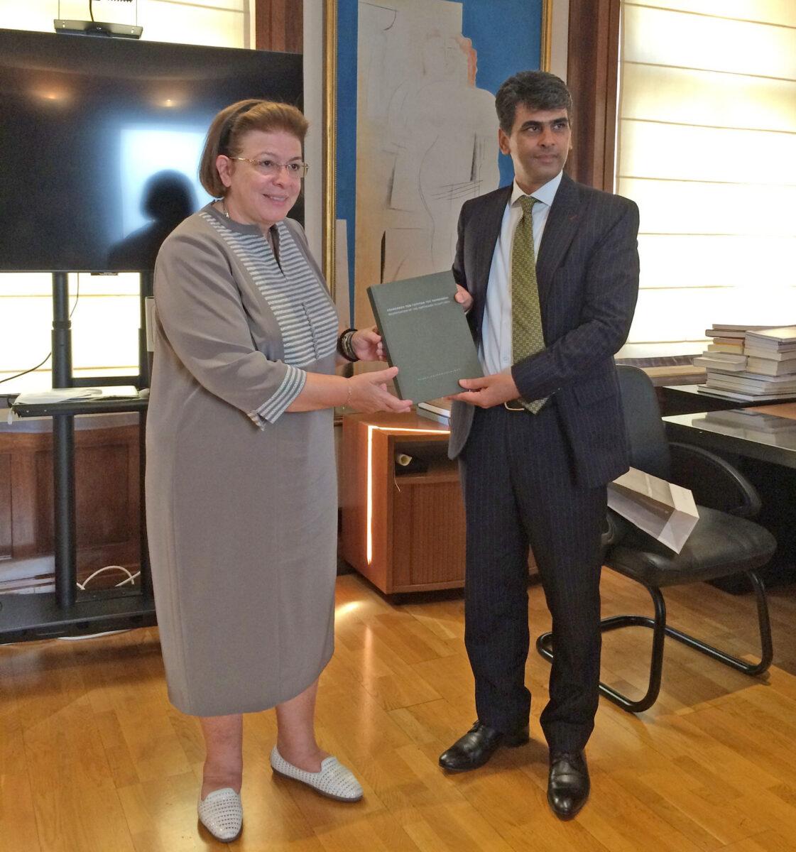 Η Υπουργός Πολιτισμού και Αθλητισμού, Λίνα Μενδώνη, και ο Πρέσβης του Αφγανιστάν, Mirwais Samadi (φωτ.: ΥΠΠΟΑ).
