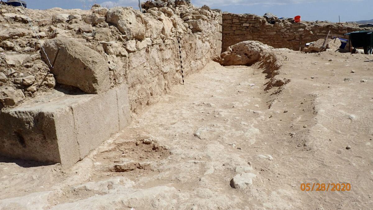 Η εξωτερική όψη του πύργου είναι επενδυμένη με πελεκητούς λίθους, τοποθετημένους οριζόντια, όπως και με καλοπελεκημένους ακρογωνιαίους λίθους (φωτ.: Τμήμα Αρχαιοτήτων Κύπρου).