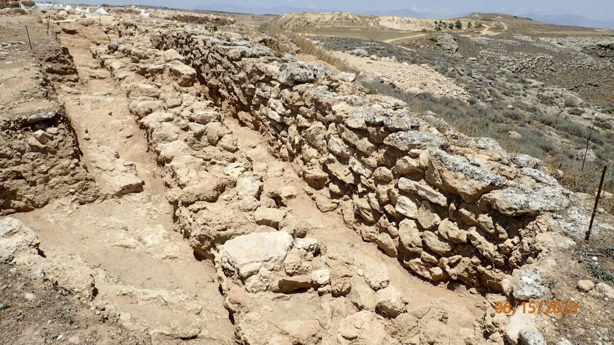 Τοίχος από ακατέργαστους λίθους που ανήκει σε παλαιότερη φάση της οχύρωσης (φωτ.: Τμήμα Αρχαιοτήτων Κύπρου).