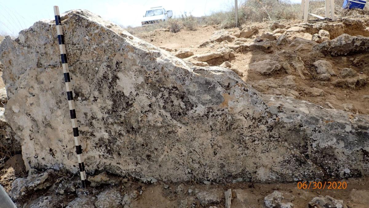 Στην ανατολική πλευρά του υψώματος το αρχικό τείχος είναι ορατό, καθώς διατηρούνται κάθετα τοποθετημένες πλάκες ύψους από 0,7 μ. έως 1 μ. (φωτ.: Τμήμα Αρχαιοτήτων Κύπρου).
