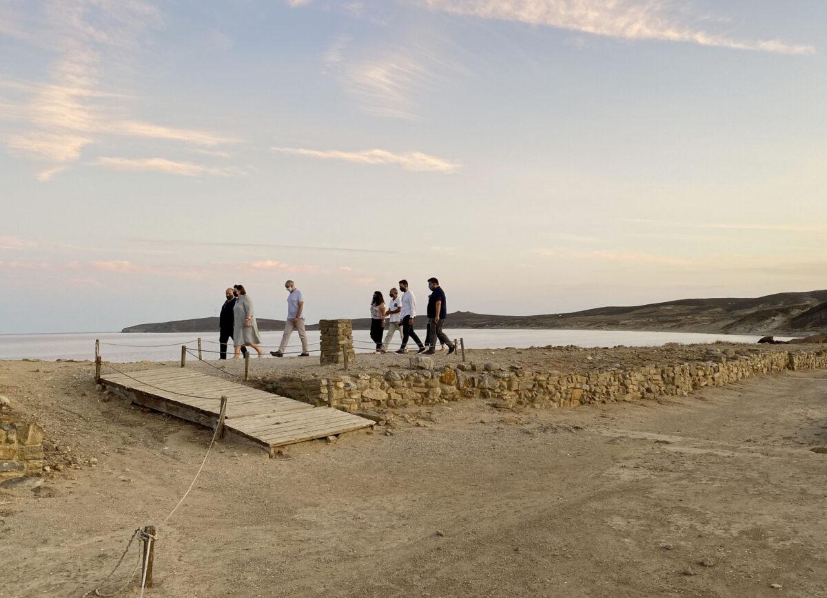 Η Υπουργός Πολιτισμού και Αθλητισμού επισκέφθηκε, μεταξύ άλλων, τον αρχαιολογικό χώρο της Πολιόχνης (φωτ.: ΥΠΠΟΑ).