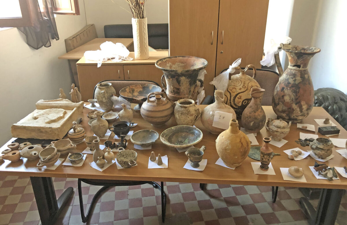 Τα αντικείμενα που κατασχέθηκαν στη Ρόδο (φωτ.: ΕΛΑΣ).