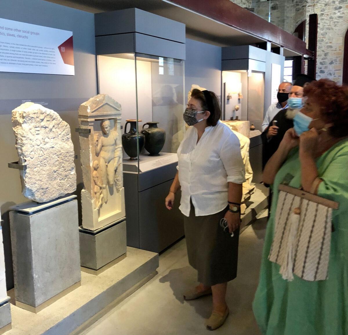 Η Υπουργός Πολιτισμού Λίνα Μενδώνη και η Έφορος Αρχαιοτήτων Εύβοιας Αγγελική Σίμωσι, στο Μουσείο «Αρέθουσα» (φωτ.: ΥΠΠΟΑ).