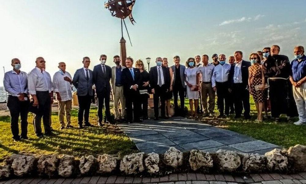 Στιγμιότυπο από τα αποκαλυπτήρια του μνημείου των Ελλήνων Θαλασσοπόρων, παρουσία του πρέσβη της Ισπανίας, Enrique Viguera, του δημάρχου Ρόδου, ΑντώνηΚαμπουράκη και εκπροσώπων των ελληνικών και ισπανικών Αρχών.