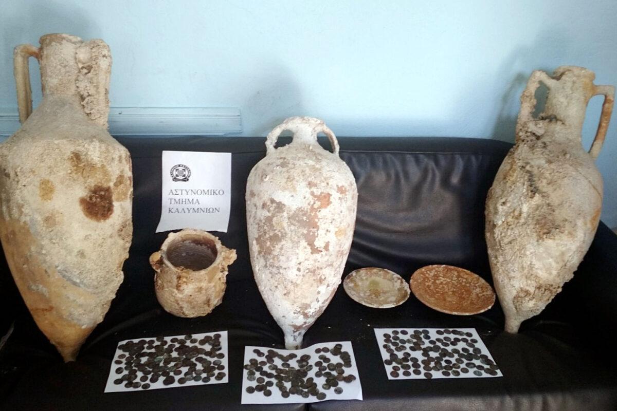 Οι αρχαιότητες που κατασχέθηκαν στην Κάλυμνο (φωτ.: Ελληνική Αστυνομία).
