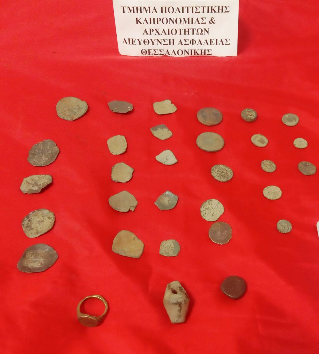 Τα αρχαία αντικείμενα που κατασχέθηκαν στο σπίτι ενός εκ των δραστών (φωτ.: Ελληνική Αστυνομία).