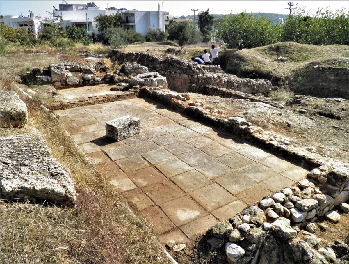 Χώροι με πλακόστρωτα δάπεδα (φωτ.: Εφορεία Αρχαιοτήτων Ανατολικής Αττικής).