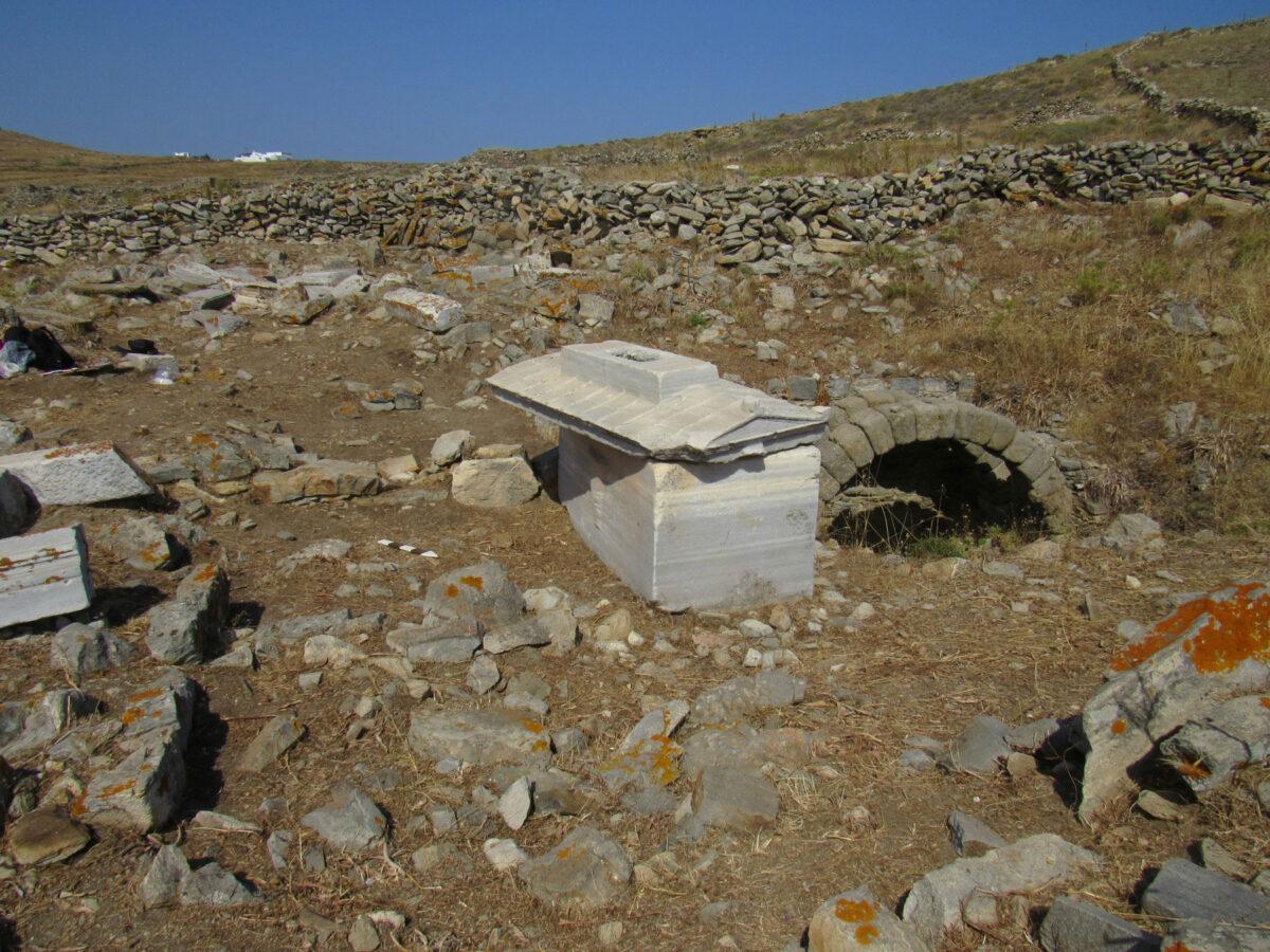 Ταφικός περίβολος με τη σαρκοφάγο της Ρωμαίας Τερτίας Ωραρίας Τρυφέρας και δεξαμενή για τις ταφικές τελετουργίες (φωτ.: ΥΠΠΟΑ).
