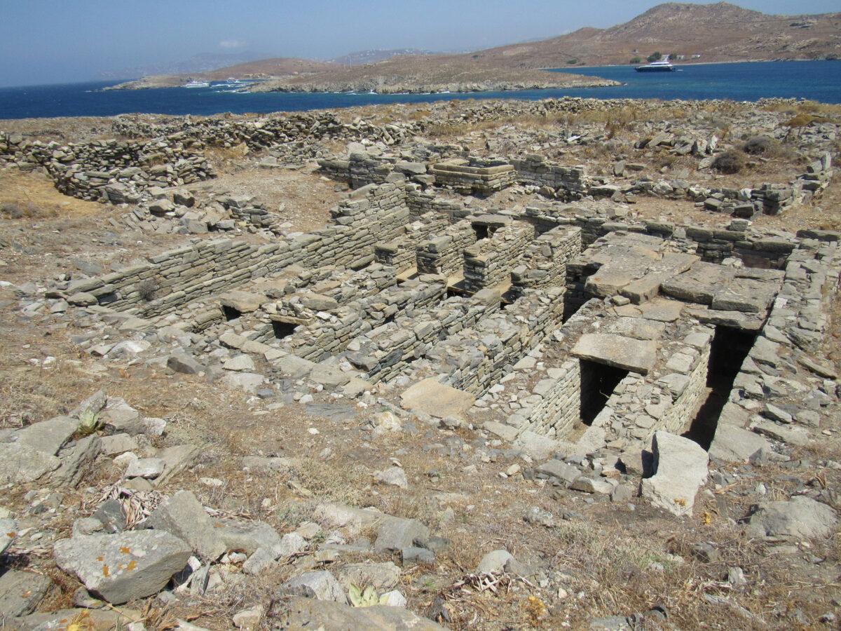 Υπόγειο ταφικό οικοδόμημα (columbarium) στη δηλιακή νεκρόπολη της Ρήνειας (φωτ.: ΥΠΠΟΑ).
