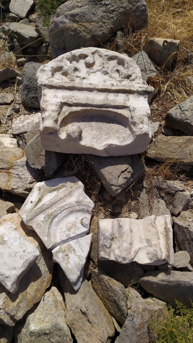 Τμήματα επιτύμβιας στήλης που εντοπίστηκαν κατά τη φετινή περίοδο έρευνας στη Ρήνεια (φωτ.: ΥΠΠΟΑ).