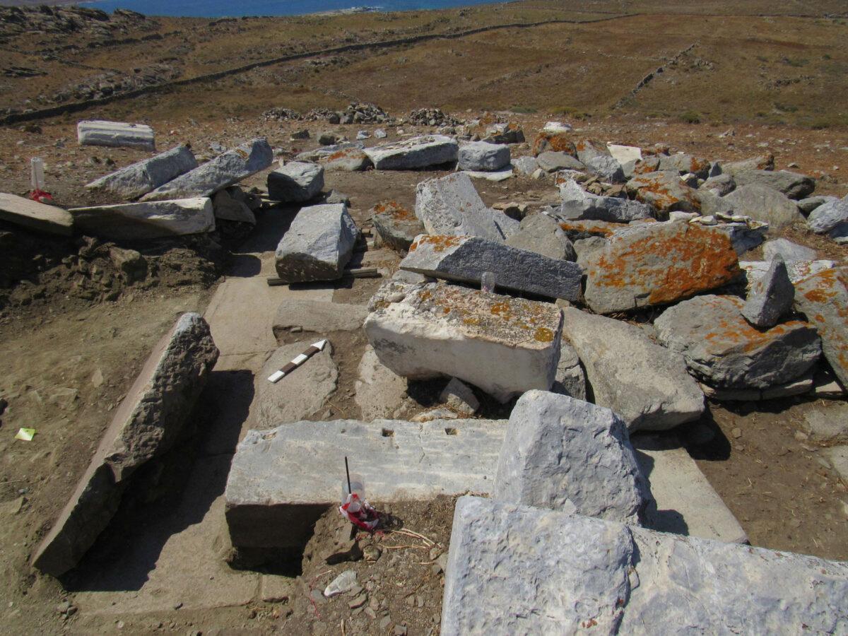 Θεμέλιο και αρχιτεκτονικά μέλη κατασκευής, πιθανώς μνημειακού βωμού, στη θέση Χωμασοβούνι (φωτ.: ΥΠΠΟΑ).