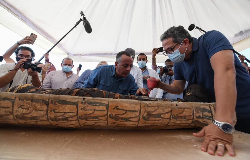 Η μία από τις σαρκοφάγους ανοίχτηκε παρουσία του κοινού (φωτ.: Υπουργείο Αρχαιοτήτων και Τουρισμού της Αιγύπτου).