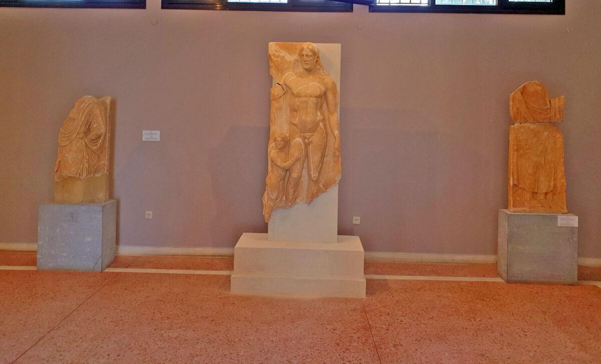 Η επιτύμβια στήλη από την ανασκαφή στο Ξώμπουργκο της Τήνου (φωτ.: ΥΠΠΟΑ).