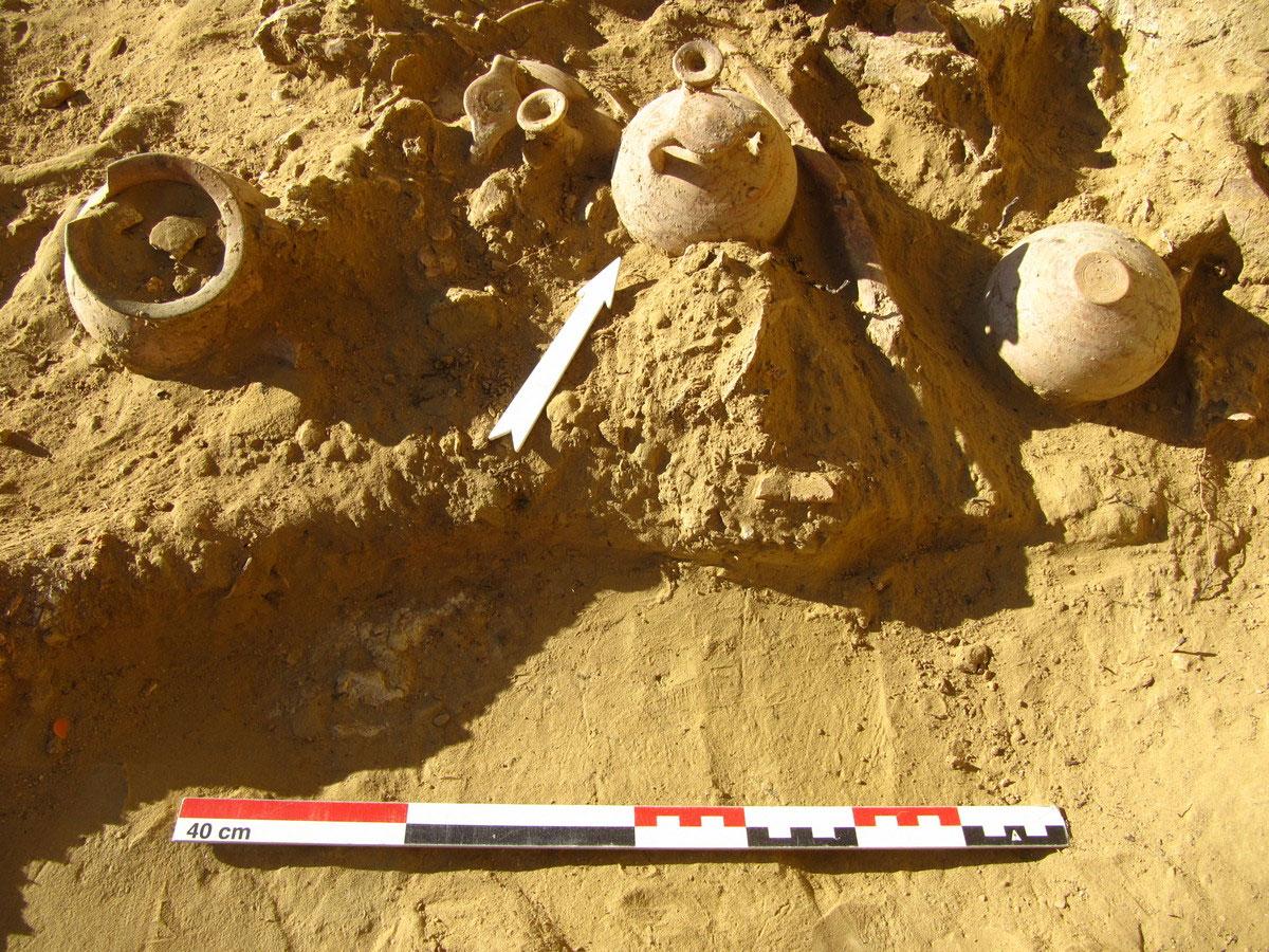 Τραπεζά Αιγίου. Συσσωρευμένα ακέραια αγγεία στον Τάφο 2 (φωτ.: ΥΠΠΟΑ).