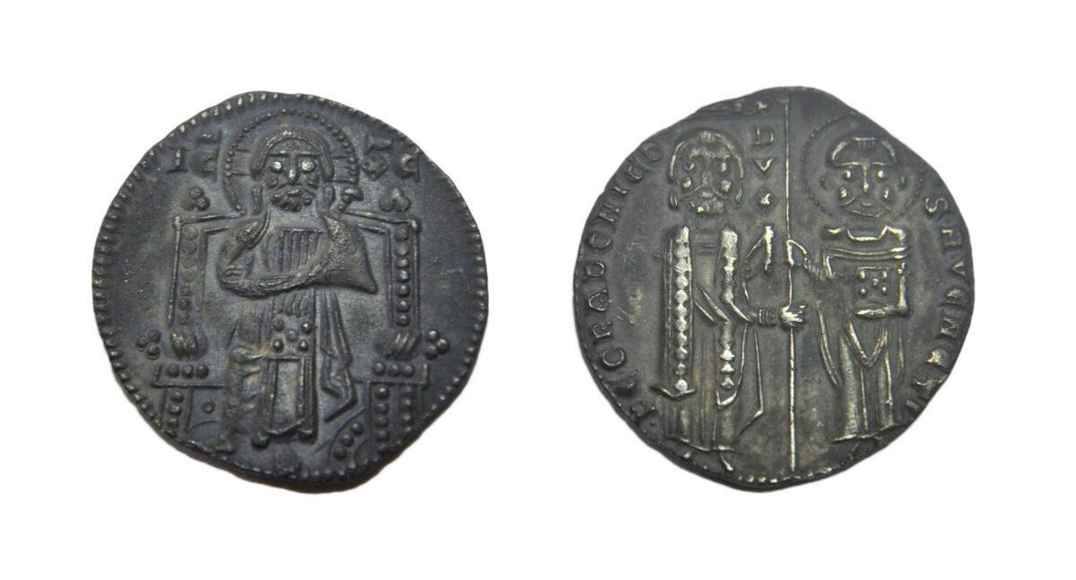 Ζώμινθος: Nόμισμα του δόγη της Βενετίας Pietro Gradenigo (1289-1311), που συμπίπτει με την 4η Σταυροφορία και την περίοδο της Ενετοκρατίας στην Κρήτη (φωτ.: ΥΠΠΟΑ).