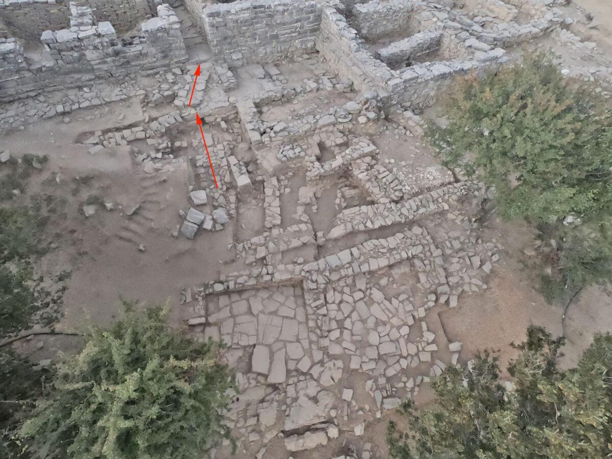 Η φετινή ανασκαφή έδειξε ότι η πρόσβαση προς τη βόρεια είσοδο γινόταν ήδη από τα παλαιοανακτορικά χρόνια (περί το 1900 π.Χ.) με μία ράμπα, η οποία κατέληγε σε ισχυρό αναλημματικό τοίχο (φωτ.: ΥΠΠΟΑ).