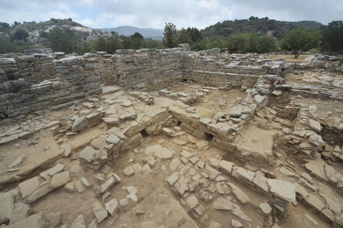 Ζώμινθος: Στο επίπεδο της ΥΜ ΙΑ περιόδου αποκαλύφθηκαν τρία λίθινα ανοίγματα (αγωγοί αποστράγγισης) των χώρων του Κεντρικού Κτηρίου και των δυτικών διαμερισμάτων που προσκολλήθηκαν σε αυτό αμέσως μετά την καταστροφή του (φωτ.: ΥΠΠΟΑ).
