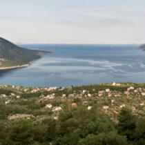 Ο κόλπος των Αιγοσθένων (σημερινό Πόρτο Γερμενό) στον Κορινθιακό κόλπο. Το φρούριο διακρίνεται στα αριστερά (Γ. Ασβεστάς, 2009, Αρχείο ΥΠΠΟΑ).