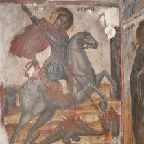 Ο Άγιος Γεώργιος έφιππος δρακοντοκτόνος, στο ανατολικό άκρο του βόρειου τοίχου του ναού. Παράσταση από το νεότερο στρώμα τοιχογραφικού διάκοσμου, η οποία έχει καλύψει παλαιότερη (διακρίνεται τμήμα κεφαλής αγίου). Στην κάτω δεξιά γωνία αναγράφεται η χρονολογία 1833.
