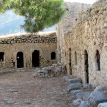 Τα βυζαντινά κελιά στην ακρόπολη του φρουρίου από νότια (Γ. Ασβεστάς, 2008, Αρχείο ΥΠΠΟΑ).