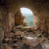 Θολωτή αίθουσα με κατάλοιπα εγκατάστασης μύλου, στα βυζαντινά κελιά της ακρόπολης του φρουρίου των Αιγοσθένων.
