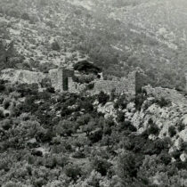 Η ανατολική πλευρά του φρουρίου από βορειοανατολικά, πριν από το σεισμό του 1981 (1976, Αρχείο ΥΠΠΟΑ).
