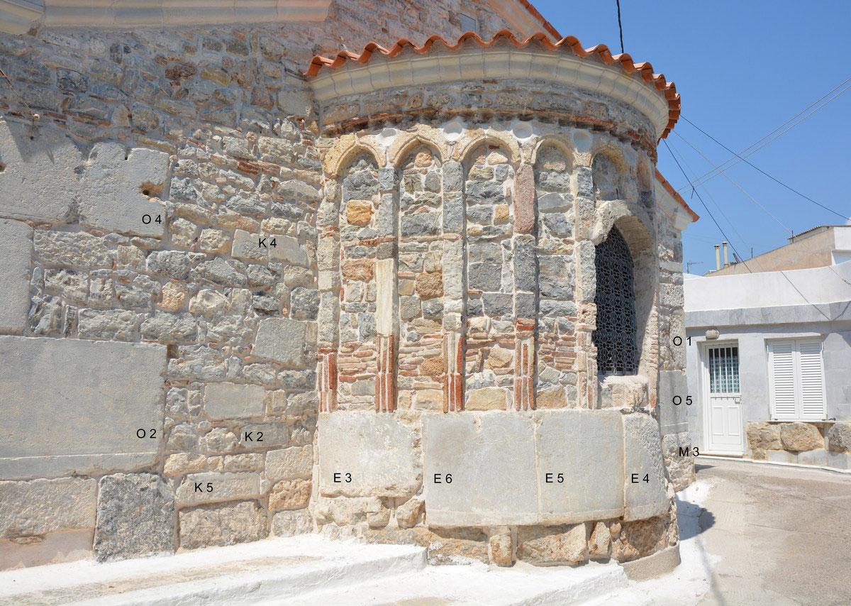 Ο Ι.Ν. Ταξιαρχών στην Ερμιόνη που έχει ανεγερθεί πάνω στον αρχαίο ναό της Δήμητρας Χθονίας (διακρίνονται εντοιχισμένα αρχαία μέλη). Φωτ.: ΥΠΠΟΑ.