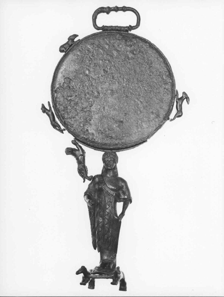 Χάλκινο κάτοπτρο του τύπου των Καρυατίδων από την Ερμιόνη (5ος αι. π.Χ.). Φωτ.: ΥΠΠΟΑ.