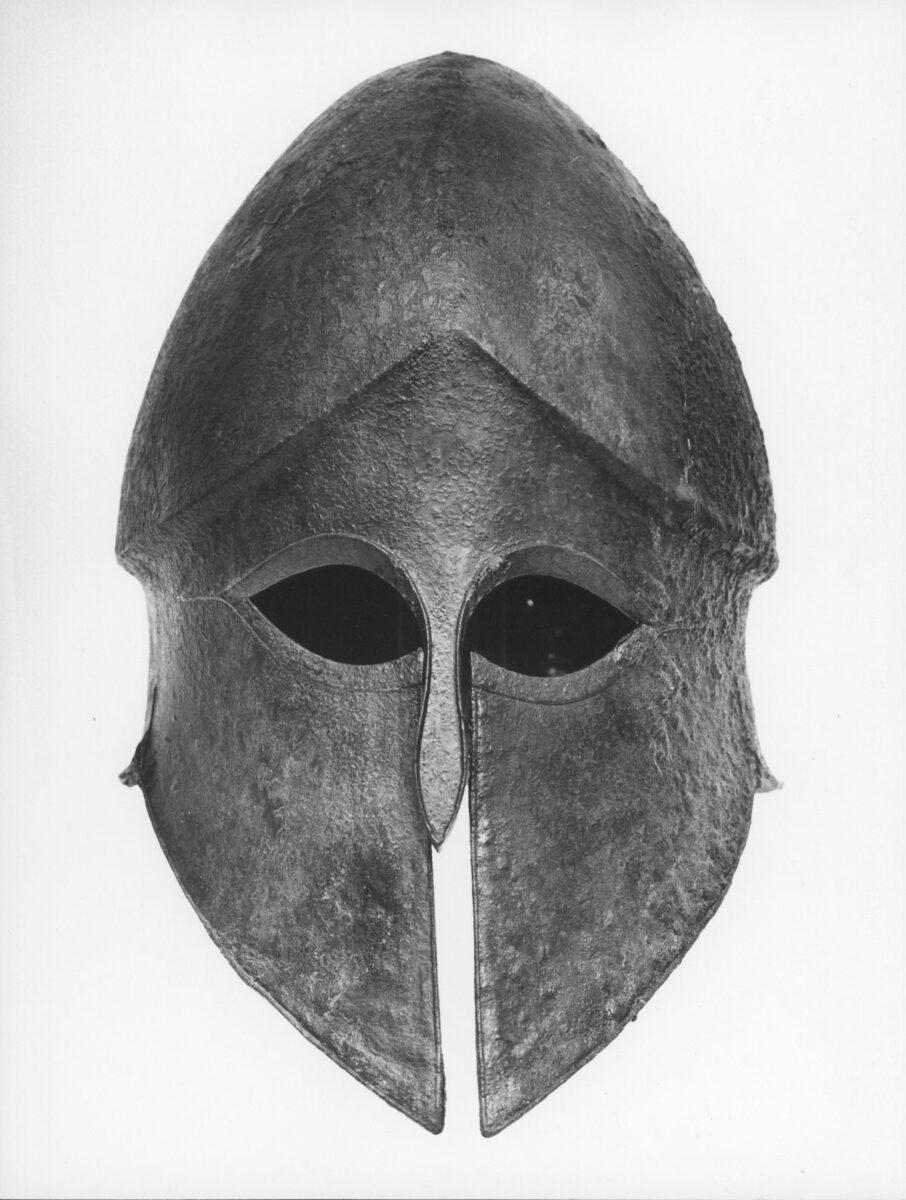 Χάλκινο κράνος κορινθιακού τύπου από την Ερμιόνη (5ος αι. π.Χ.). Φωτ.: ΥΠΠΟΑ.