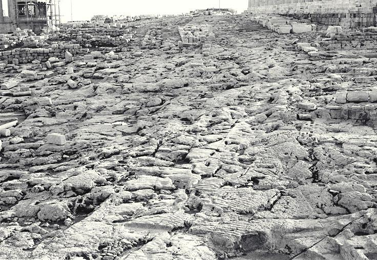 Σχετικά με τις διαμορφώσεις που εκτελούνται στον βράχο της Ακρόπολης