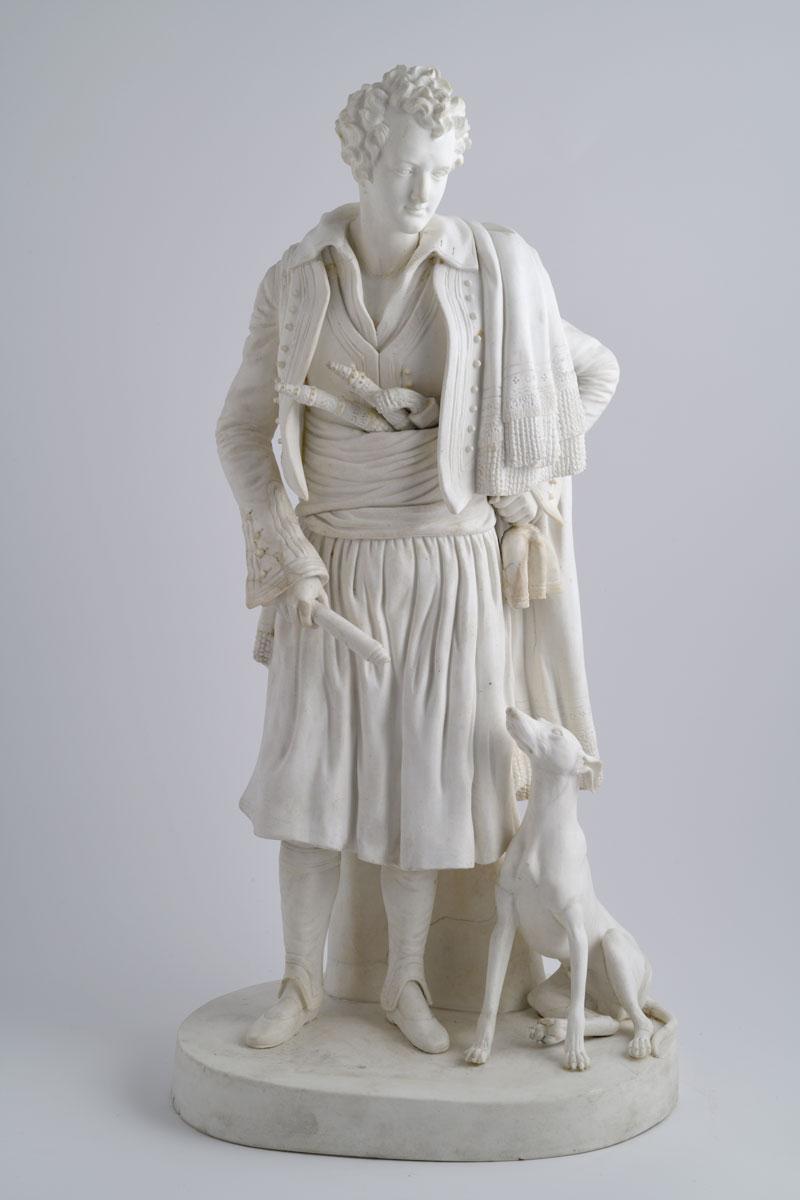 Ο Λόρδος Βύρων, αγαλματίδιο του ποιητή με σουλιώτικη φορεσιά από πορσελάνη biscuit, αρχές-μέσα 19ου αι., 47 εκ. Μουσείο Μπενάκη 8447, δωρεά Φίλιππου Αργέντη.