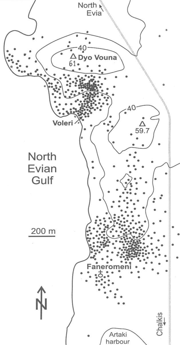 Εικ. 3. Χάρτης συγκεντρώσεων λίθινων καταλοίπων Παλαιολιθικής εποχής στην επιφάνεια του εδάφους της Νέας Αρτάκης Εύβοιας, πριν από την επέκταση του οικισμού. Τα τέχνεργα είναι κατά πολύ πυκνότερα στις λατομικές θέσεις πυριτιόλιθων, όπου κατασκευάζονταν τα πελεκημένα εργαλεία από το σκληρό αυτό πέτρωμα.