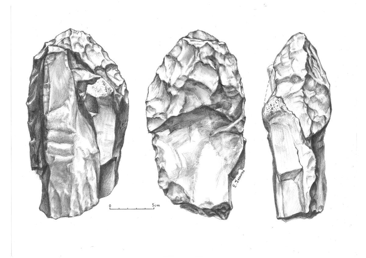Εικ. 4. Ογκώδες δίπλευρο (biface) μήκους 22 εκ., βάρους 2.260 γρ., με τον φλοιό του πετρώματος στη μια όψη. Εργαλείο με ιδιαίτερα φθαρμένη επιφάνεια, στην οποία διακρίνονται ρηγματώσεις και παλαιές μικρές αποσπάσεις. Βρέθηκε το 1982 στην επιφάνεια ενός επίπεδου πυριτιολιθικού βράχου, ο οποίος καταστράφηκε από εκσκαφικό μηχάνημα. Από τη Φανερωμένη, θέση «Μαντρί» (σχέδιο: Ε. Σαραντέα-Μίχα).