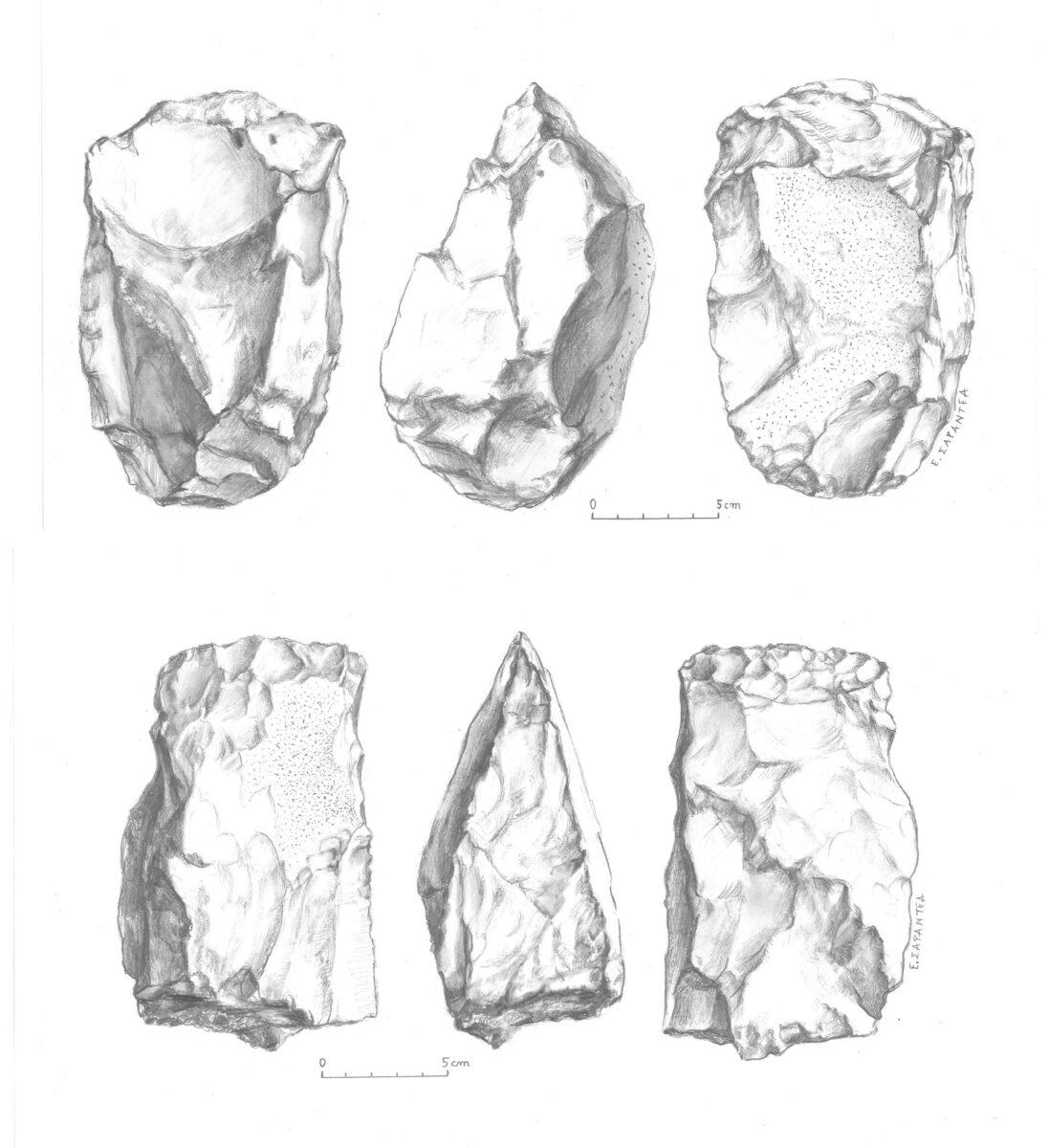 Εικ. 7. Επάνω, ογκώδης λυρόσχημος κοπέας (cleaver) μήκους 16,5 εκ., βάρους 1.980 γρ., με κυματοειδή ακμή και τον φλοιό του πετρώματος στη μια όψη. Οι διαστάσεις της τετράπλευρης τομής είναι 11x11 εκ. Κάτω, ογκώδης κοπέας (cleaver) μήκους 16 εκ., με τον φλοιό του πετρώματος στη βάση. Οι τομές του σε σχήμα πλάγιου παραλληλόγραμμου και πεντάγωνου. Από τη Φανερωμένη, θέση «Μαντρί» (σχέδια: Ε. Σαραντέα-Μίχα).