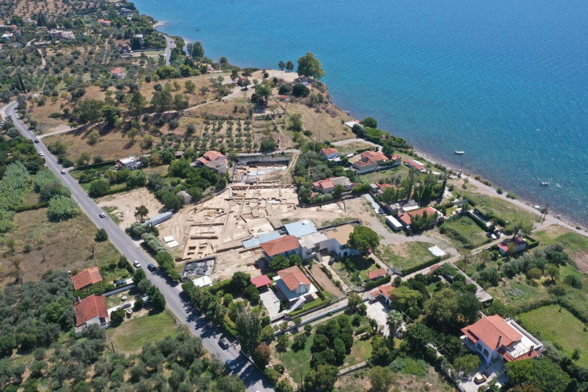 Αεροφωτογραφία του χώρου ανασκαφής και του λόφου Παλαιοεκκλησιές στην Αμάρυνθο (φωτ.: ΥΠΠΟΑ).