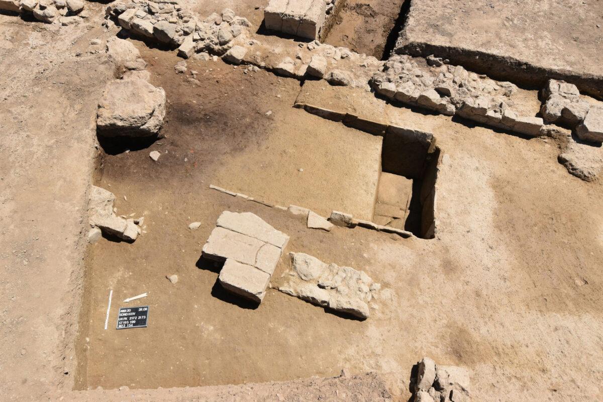 Λεκάνη κτιστή από κεραμίδες έξω από το κτίριο του 7ου αι. π.Χ. (φωτ.: ΥΠΠΟΑ).