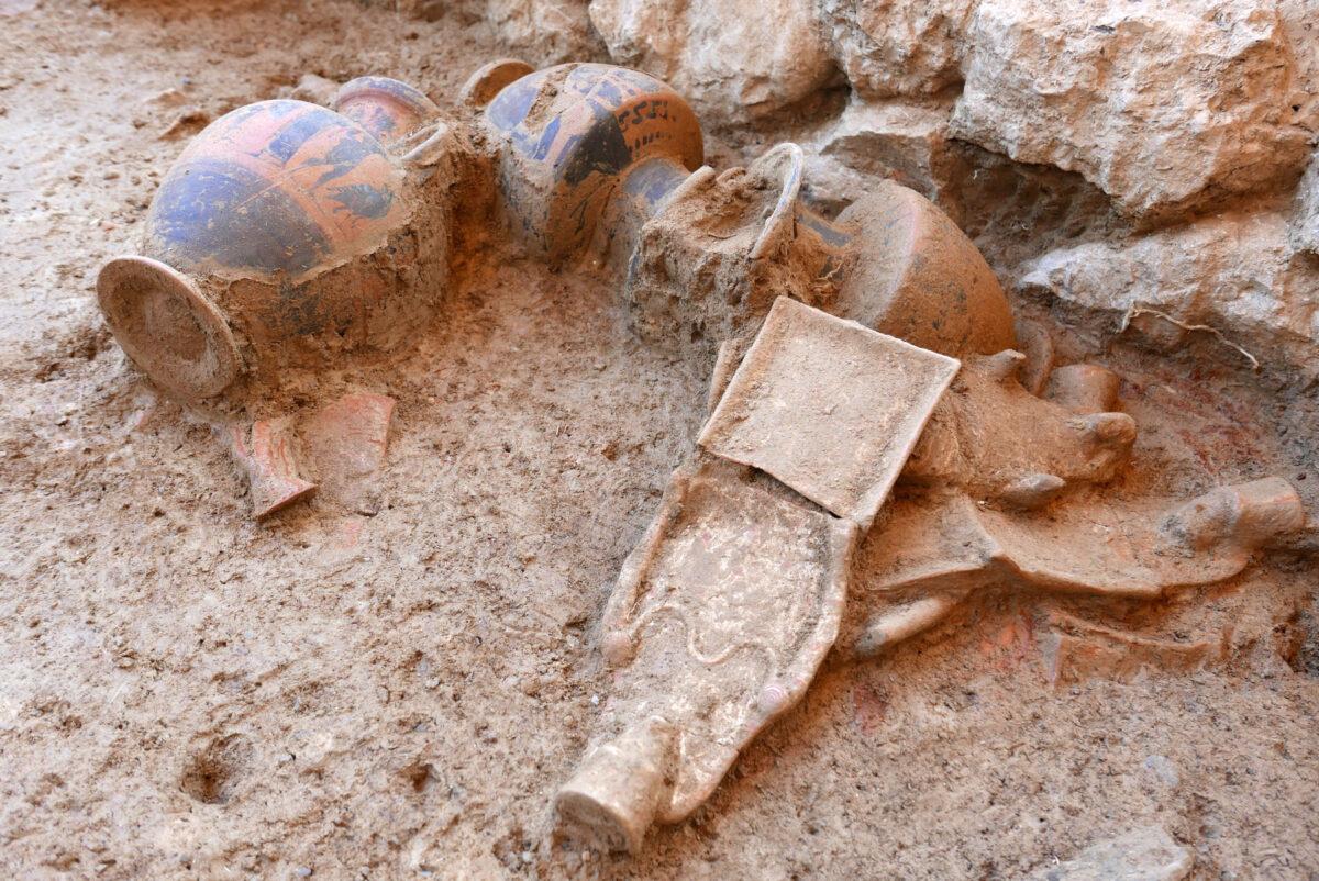 Ευρήματα δίπλα στο θεμέλιο του ναού (φωτ.: ΥΠΠΟΑ).