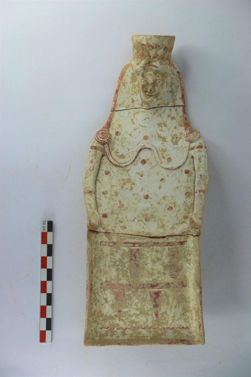 Αρχαϊκό πήλινο ειδώλιο από τον ναό (φωτ.: ΥΠΠΟΑ).